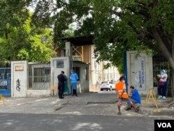 Desde las 7:30 de la mañana, el área de especialidades del Hospital Rosales entrega cadáveres con protocolo COVID. Al menos 12 personas mueren a diario a causa del virus en este lugar.