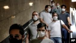 Warga Iran menggunakan masker wajah untuk mencegah penularan virus corona di Tehran, Iran, Wednesday, 8 Juli 2020. (Foto: AP)