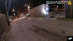 Ova slika s video zapisa kamere na tijelu, policijske uprave Chicaga prikazuje trenutak prije nego što je policajac iz Chicaga Eric Stillman ubio Adama Toleda, 13, 29. ožujka 2021. u Chicagu. (Policijska uprava u Chicagu putem AP-a)