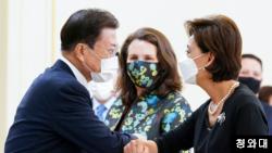 문재인 한국 대통령이 9일 청와대에서 미국 의회 코리아스터디그룹(CSGK) 대표단을 접견했다. 문 대통령이 한국계 영 김 의원과 팔꿈치 인사를 나누고 있다. 청와대 제공.