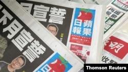Salinan surat kabar Apple Daily Next Digital terlihat di kios koran di Hong Kong. (Foto: Reuters)