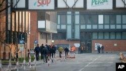 Para pekerja di pabrik Unilever di Casalpusterlengo, Italia utara menunggu untuk dites apakah terpapar virus korona hari Jumat (21/2) pasca kematian korban pertama akibat korona di sana.