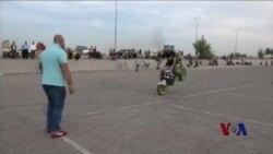 轰鸣声压倒爆炸声:巴格达的摩托车手