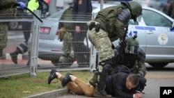 白俄羅斯示威者在抗議總統選舉結果的集會上被捕。(2020年11月1日)