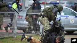 Polisi menahan seorang pria saat demo oleh kelompok oposisi untuk memprotes hasi pemlihan presiden, di Minsk, Belarus, Minggu, 1 November 2020.