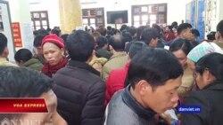 Dân xếp hàng ở biên giới chờ sang Trung Quốc tìm việc