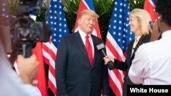 Specijalni dopisnik Glasa Amerike Greta Van Sasteren intervjuiše predsednika Trampa u Singapuru, 12. avgusta 2018. (Foto: Bela kuća)