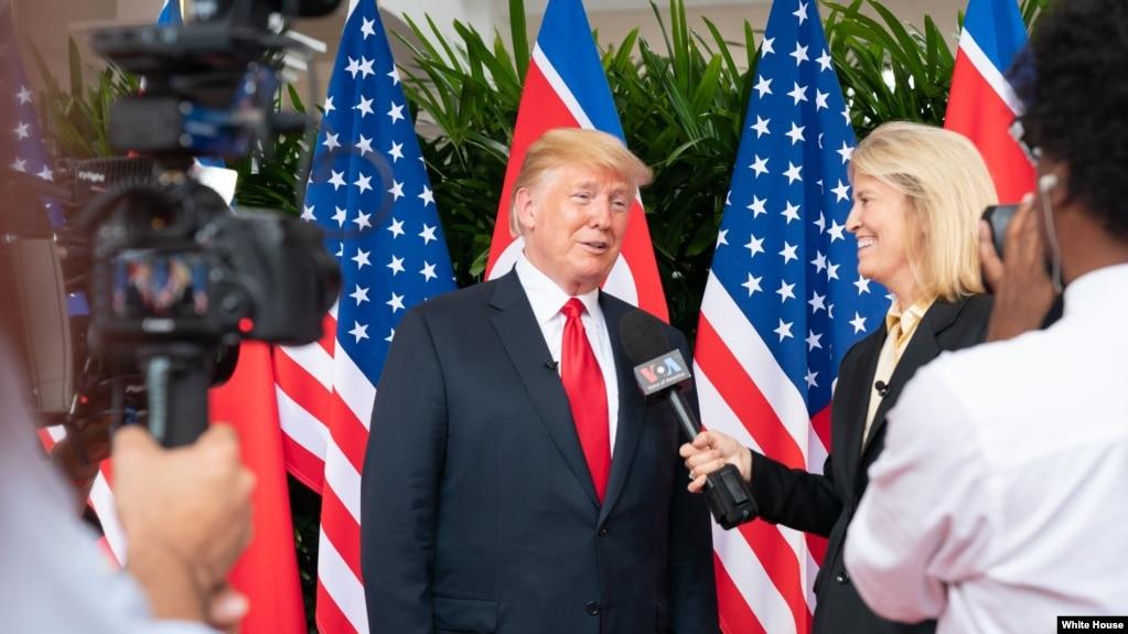 Cộng tác viên Greta Van Susteren của VOA phỏng vấn Tổng thống Donald Trump ở Singapore, 12/6/2018.