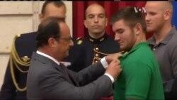 Олланд нагородив американців, які обеззброїли терориста у Франції. Відео