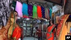 Mumbai ၿမိဳ႕က Lockdown အျပီး ျပန္ဖြင့္တဲ့ အထည္ဆိုင္တခု