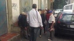 Venezolanos esperando comida frente a iglesias