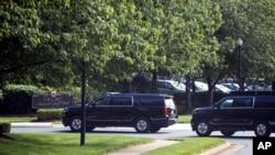 Iring-iringan mobil Presiden Donald Trump tiba di Trump National Golf Club, di Sterling, Sabtu, 23 Mei 2020. (Foto: AP)