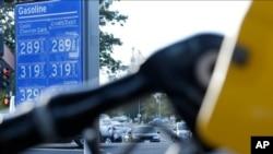 Los precios del combustible se muestran en una gasolinera de Sacramento, California, una ciudad que ha prohibido la construcción de más gasolineras para reducir las emisiones.