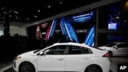 지난 2019년 미국 로스앤젤레스 자동차 박람회에서 현대 전기차 '아이오닉'이 소개되고 있다.